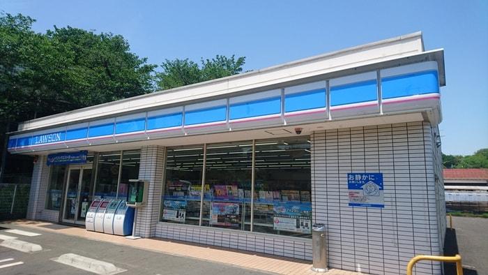 ローソン 西武武蔵大和駅前店(コンビニ)まで590m