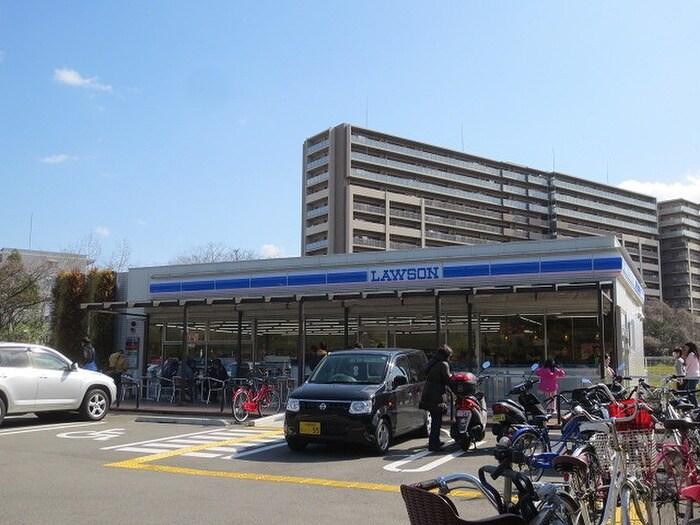 ローソン鶴見緑地駅前店(コンビニ)まで140m