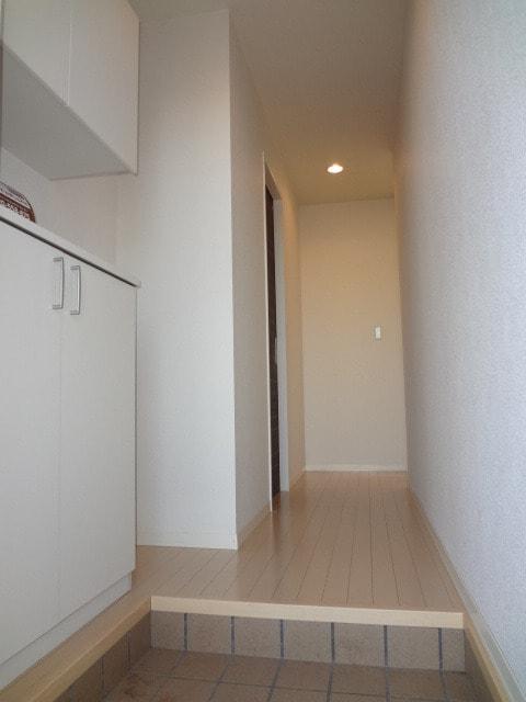 白を基調としたキレイな玄関です。
