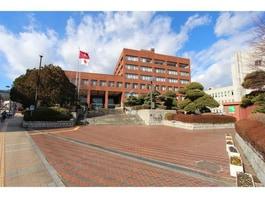 各種手続きや申請に必要な市役所は、市内中心部です。
