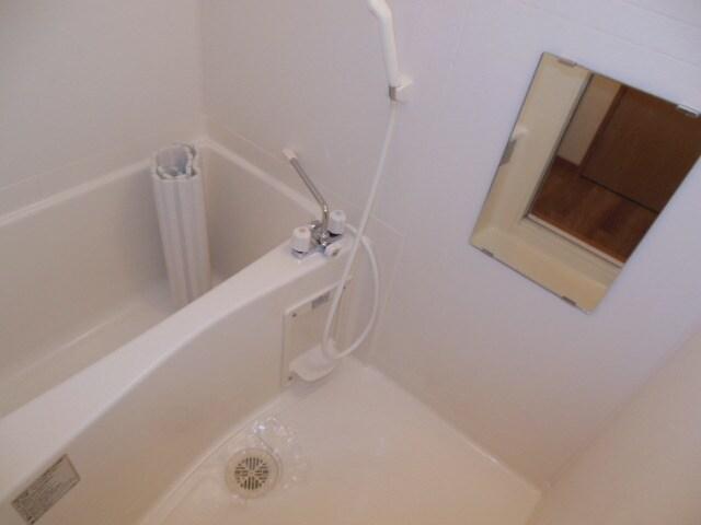 浴室換気乾燥機付きの浴室。