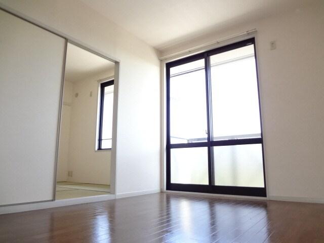 大きな窓付きで明るい洋室。