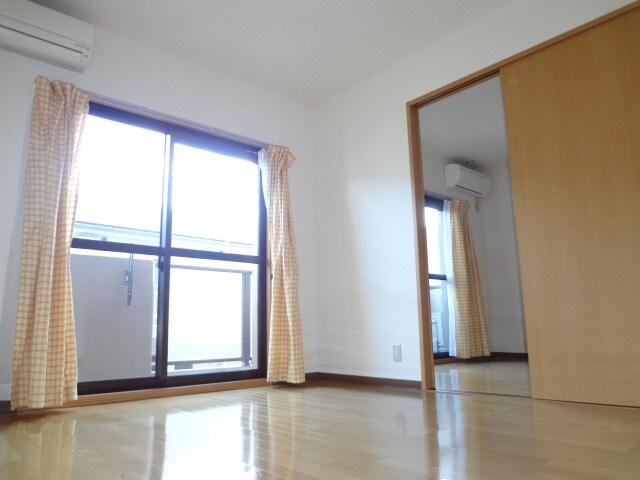 窓も大きく明るいお部屋