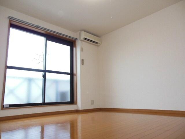 2階8帖洋室。大きな窓付きです。