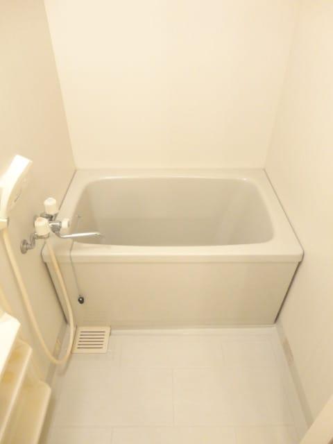 明るくゆったりとした浴室