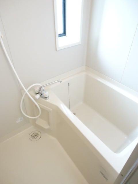 小窓付きで明るい浴室