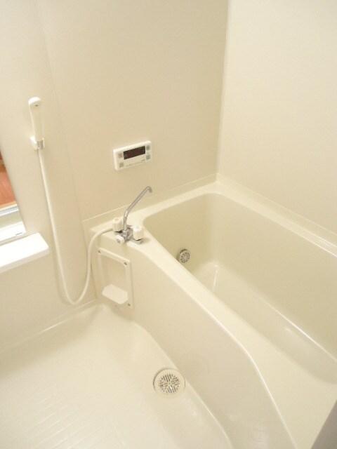 明るく広々とした浴室です