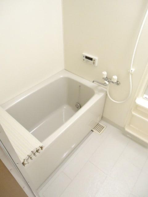 明るくゆったりとした浴室です