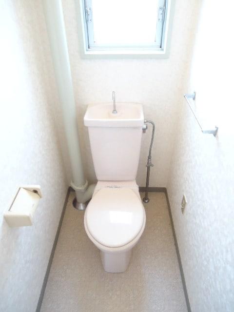 小窓付で明るいトイレ。