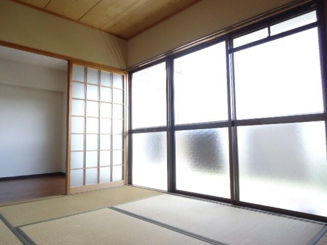 大きな窓で明るい室内です