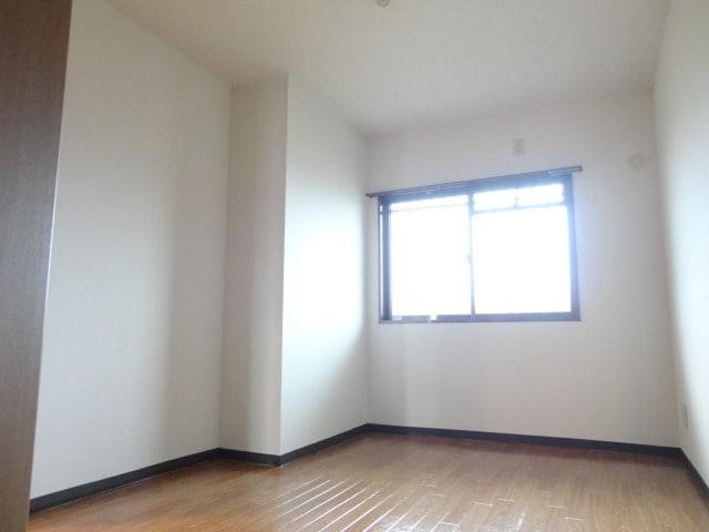 小窓付で明るい6帖洋室。