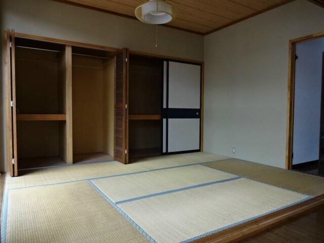 和室にはとっとも大きな収納あり!