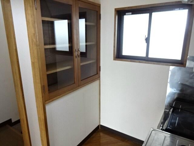 キッチン後ろには食器棚あり!