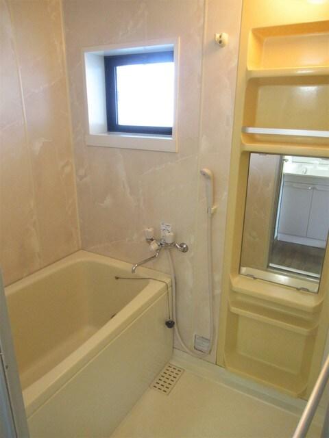 お風呂にも窓がついておりますので湿気がたまりにくいです!