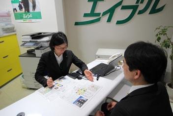 エイブル鶴橋店の接客写真